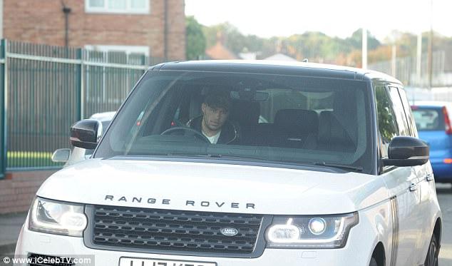 تشامبرلين يقود سيارة رانج روفر