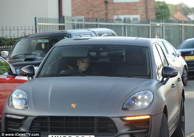 كوتينيو يقود سيارته البورش