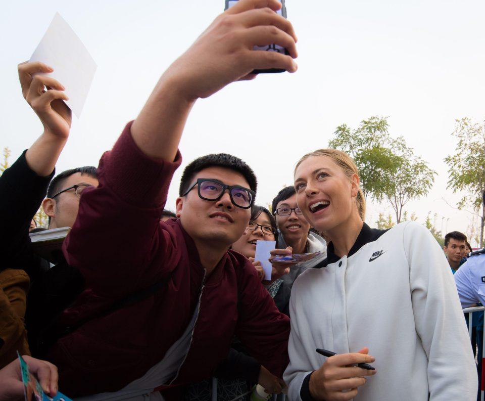 سيلفي الجماهير الصينية مع شارابوفا