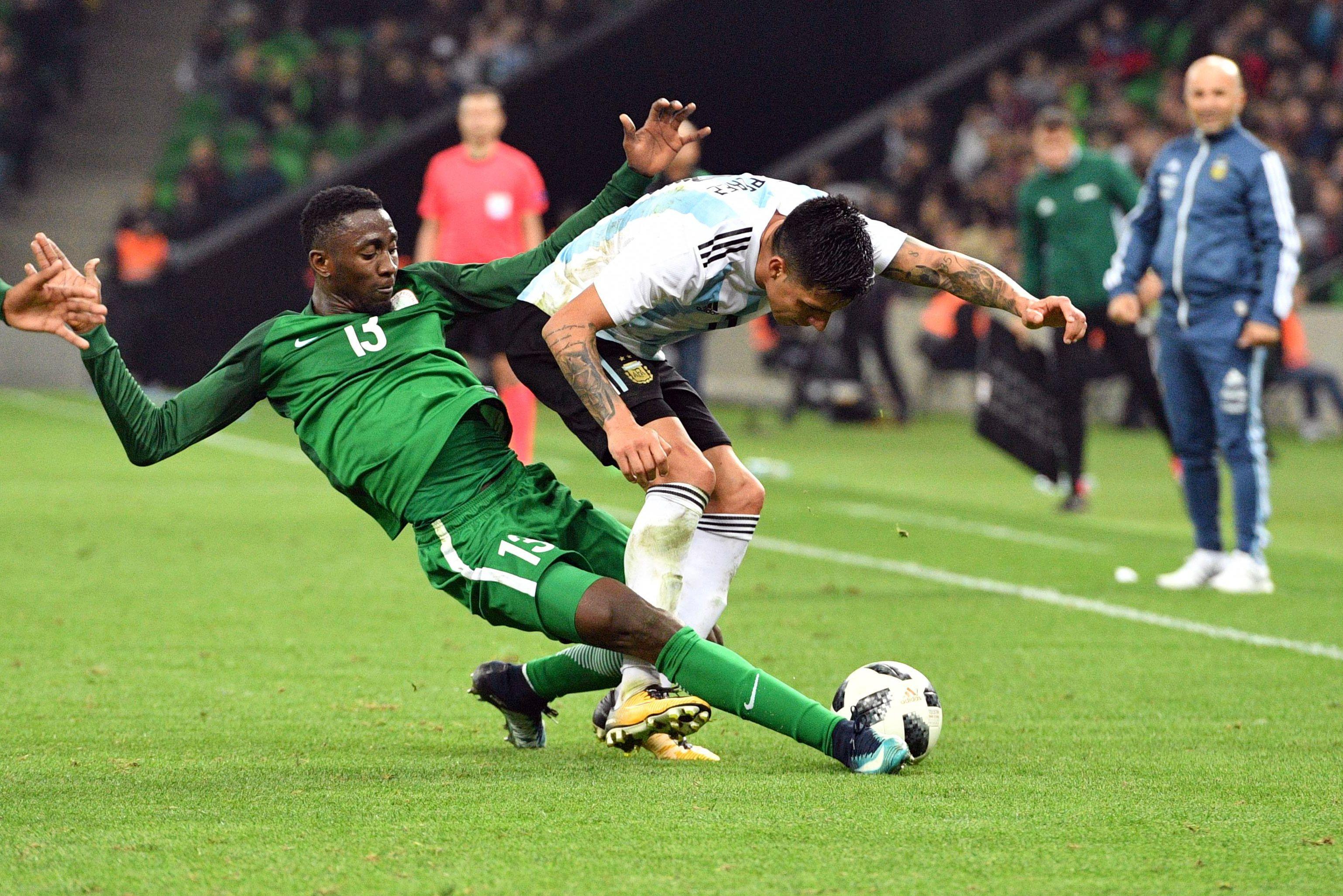 لاعب نيجيريا يحاول اللحاق بالكرة