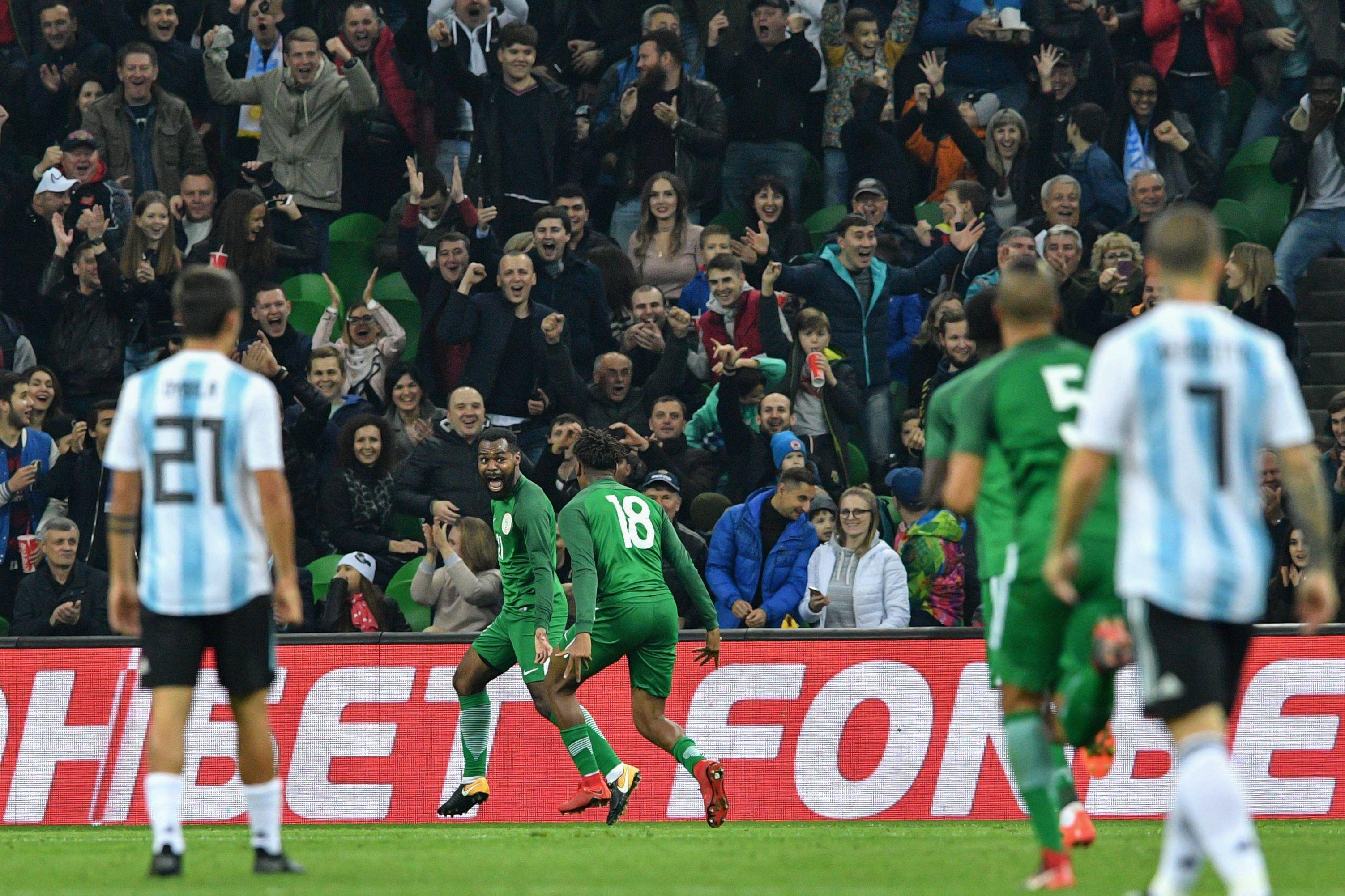 احتفال لاعبي نيجيريا بالهدف الثاني
