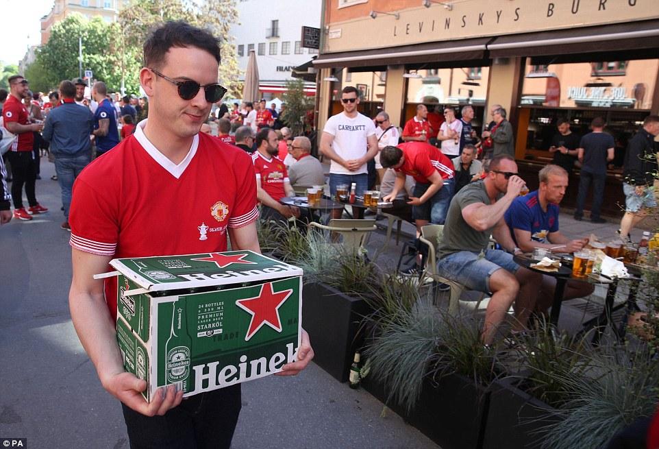 شاب مانشستراوي يحمل صندوق بيرة