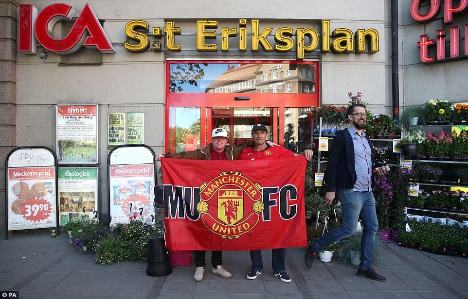 شعار مانشستر يونايتد أمام أحد المتاجر في ستوكهولم