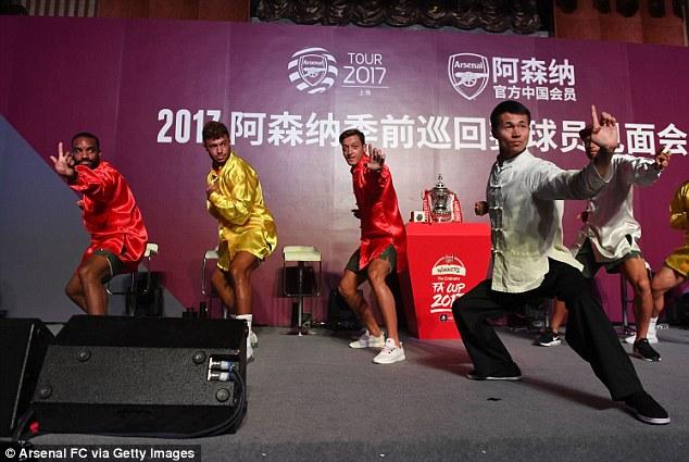 أوزيل وزملائه يتدربون على فنون القتال الصينية