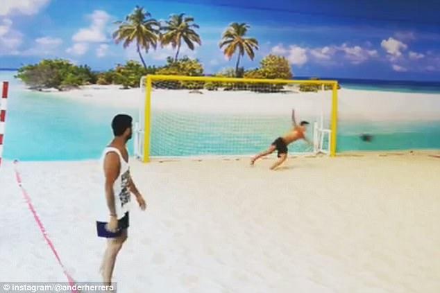 اندير هيريرا يمارس كرة القدم الشاطئية