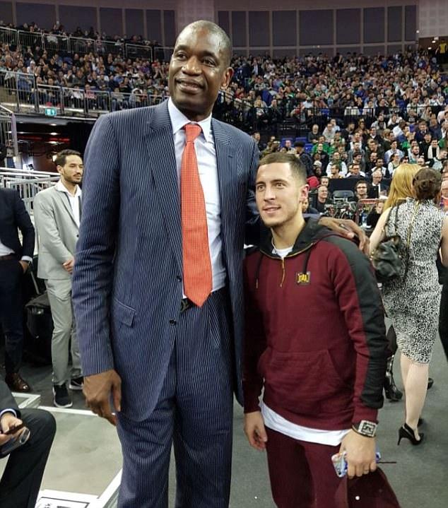 هازارد مع نجم السلة السابق موتومبو