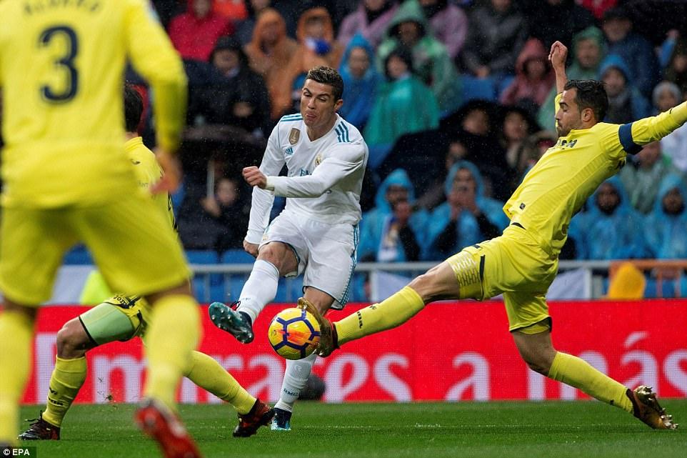 رونالدو يسدد على المرمى