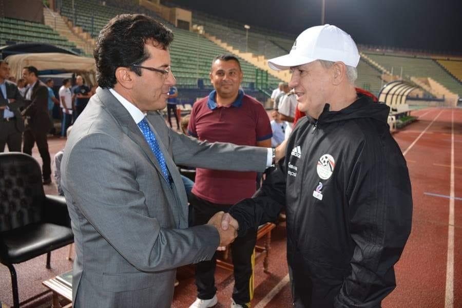 وزير الرياضة فى مران المنتخب (2)