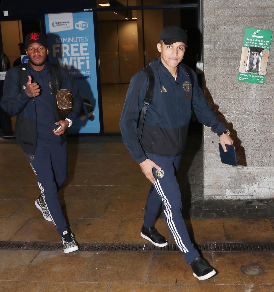 عودة بعثة مانشستر يونايتد لانجلترا بعد الفوز علي يوفنتوس (6)