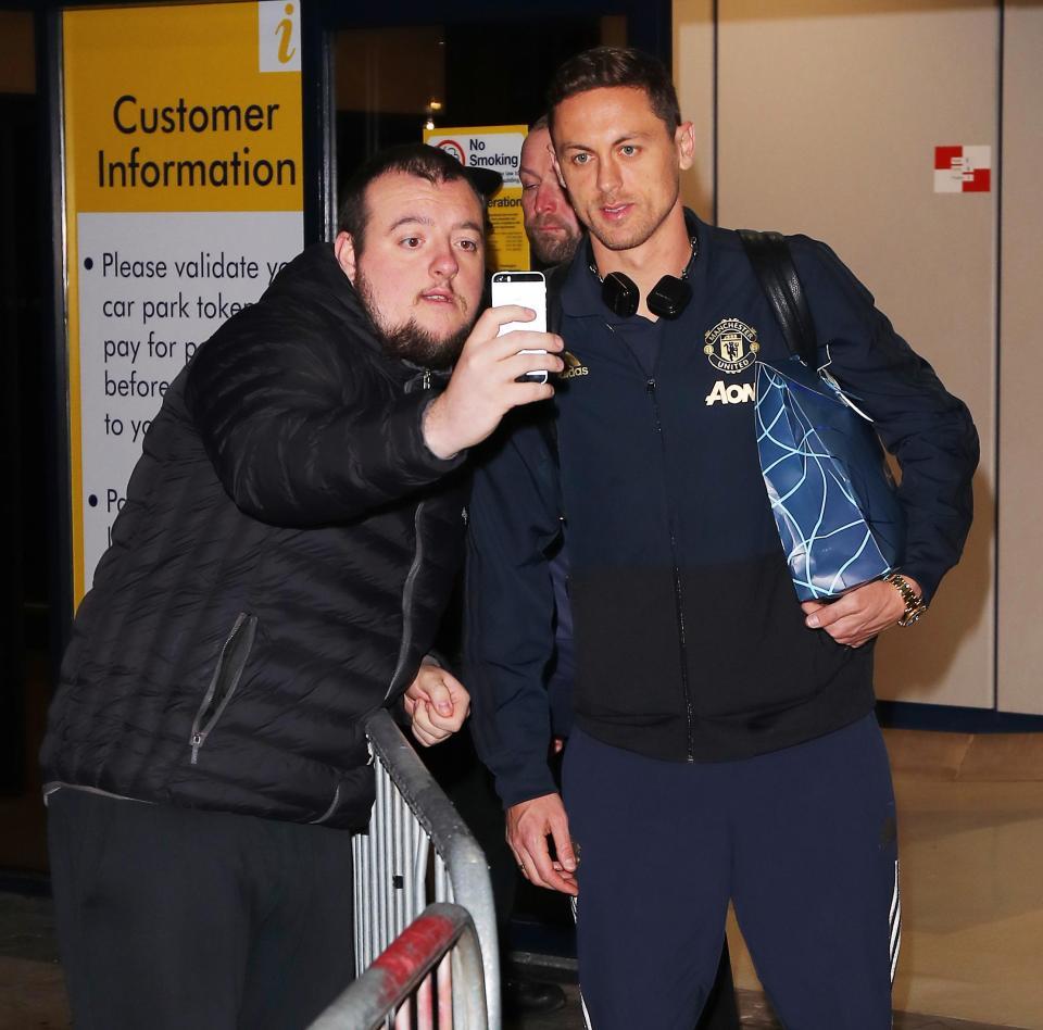 عودة بعثة مانشستر يونايتد لانجلترا بعد الفوز علي يوفنتوس (7)