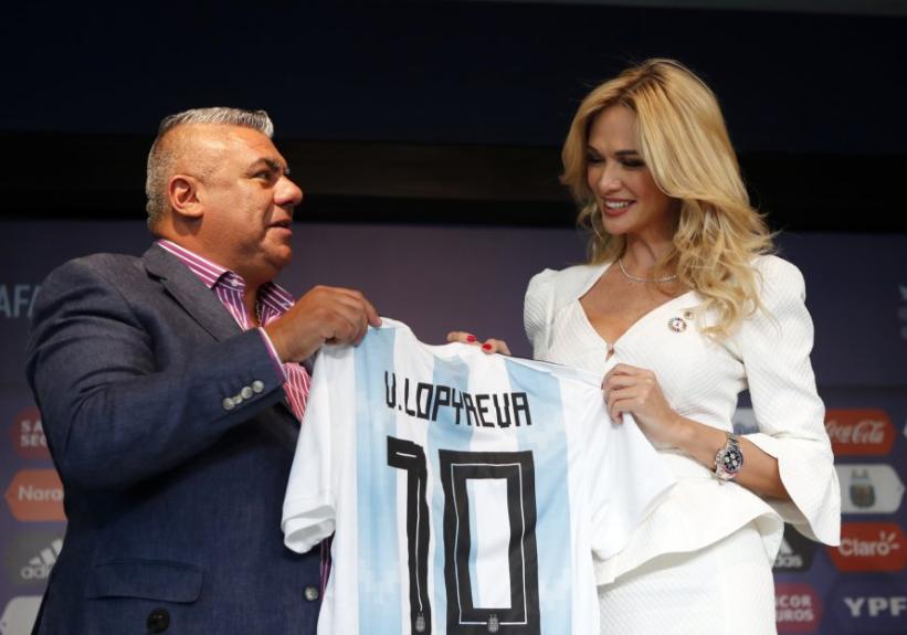 رئيس االاتحاد الأرجنتينى يهديها قميص المنتخب