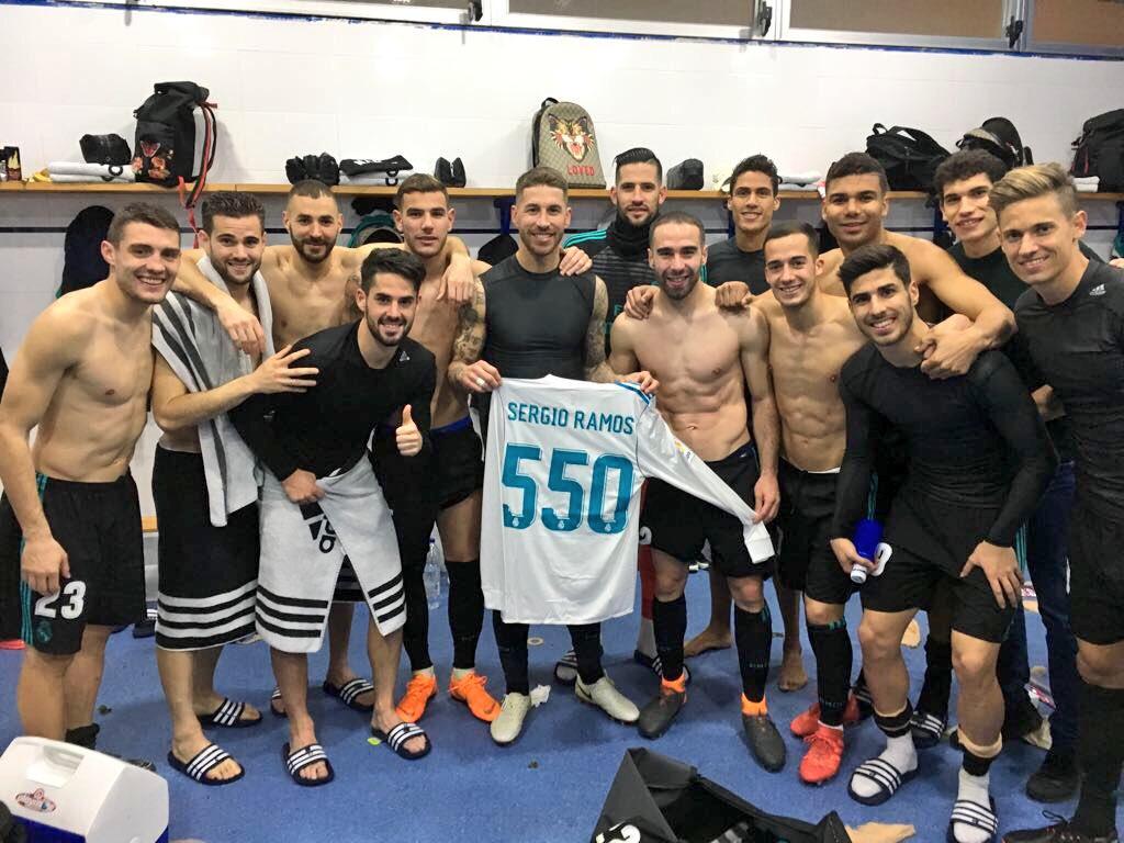 راموس يحتفل مع أصدقائه بفريق ريال مدريد