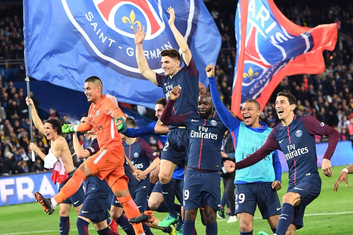 فرحة لاعبى باريس باللقب