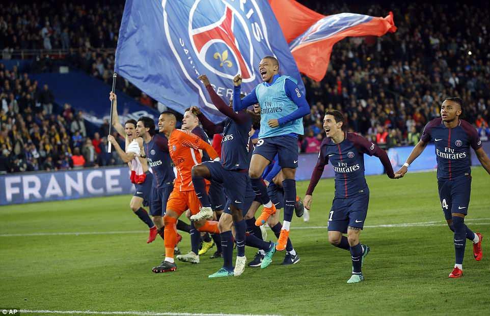 احتفال لاعبى باريس
