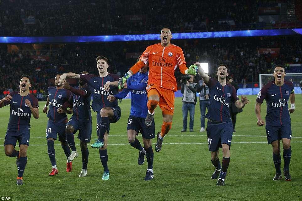احتفال لاعبى باريس بالتتوج بالدورى