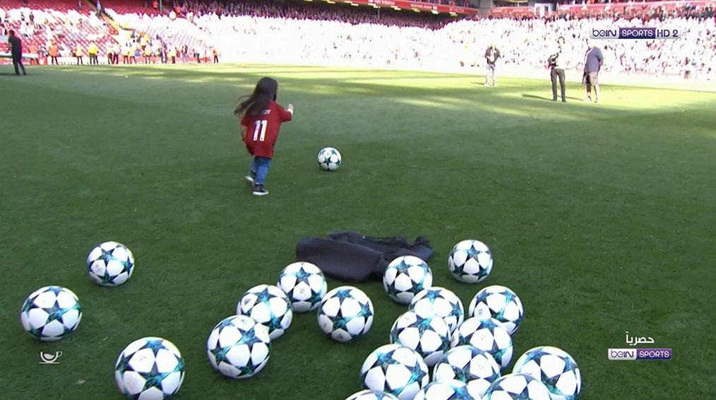 ابنة صلاح تلعب الكرة
