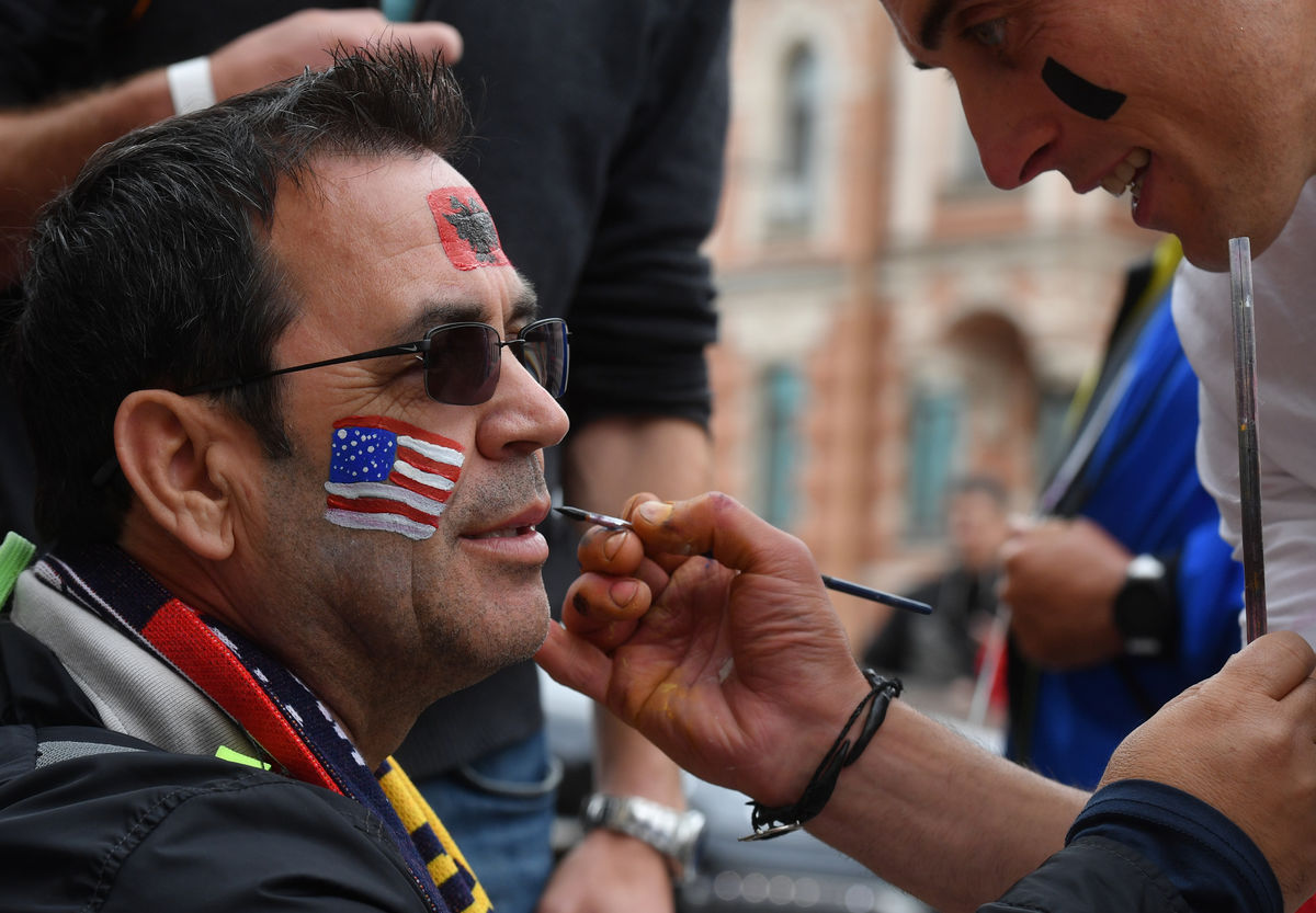 العلم الفرنسي على الوجوه
