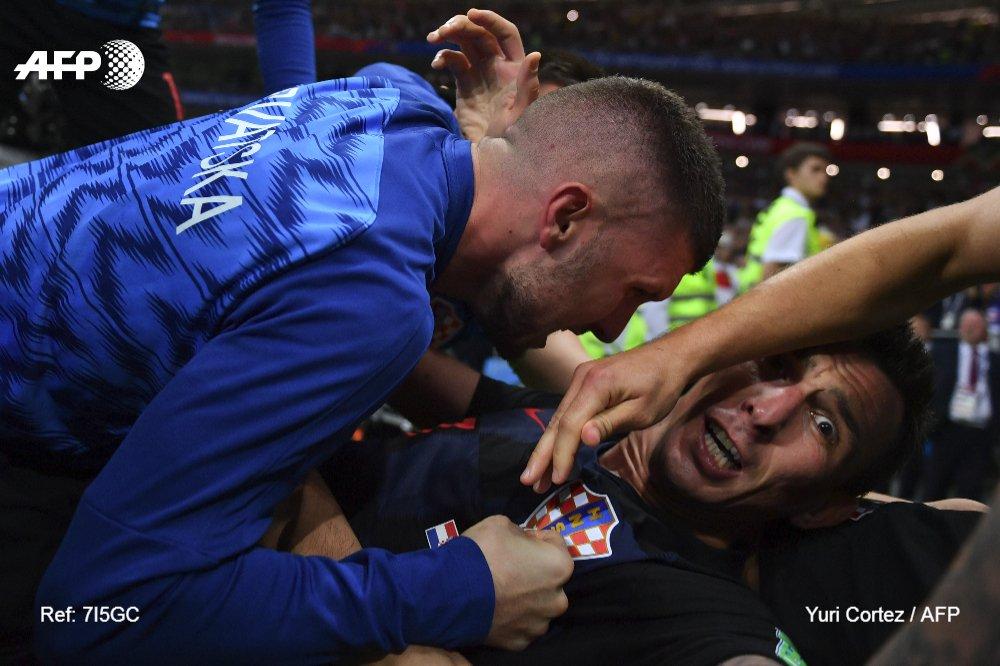 احتفال لاعبى كرواتيا مع المصور (1)