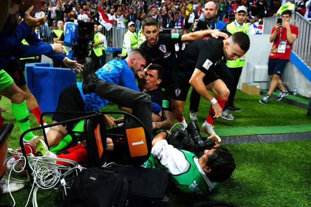 احتفال لاعبى كرواتيا مع المصور (5)
