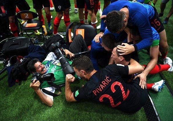 احتفال لاعبى كرواتيا مع المصور (4)