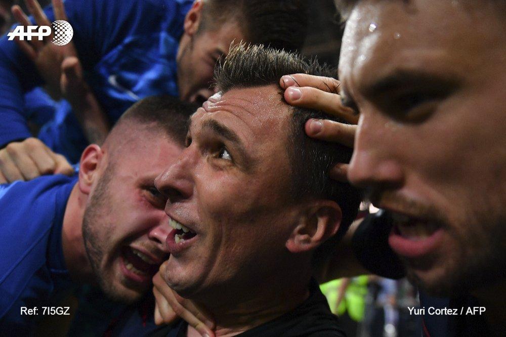 احتفال لاعبى كرواتيا مع المصور (2)