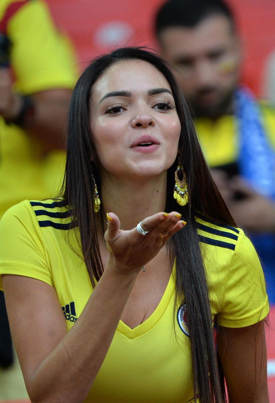مشجعة كولومبية ترمي بقبلة للكاميرات