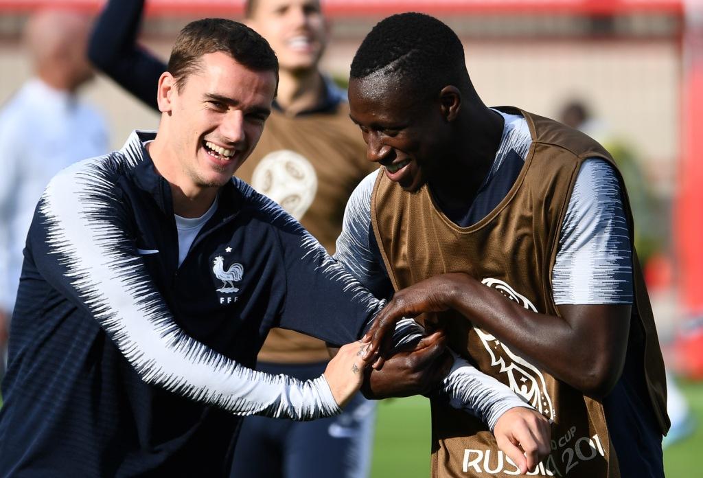 جريزمان ودعابة مع أحد لاعبى فرنسا