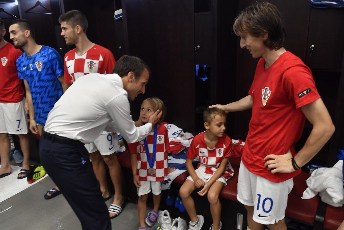 ماكرون فى غرفة ملابس كرواتيا