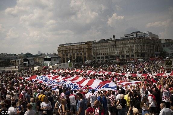 جماهير كرواتيا تحمل علم بلدها