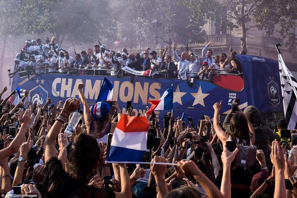 موكب المنتخب الفرنسى