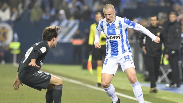 أودريزولا يحاول ايقاف لاعب ليجانيس