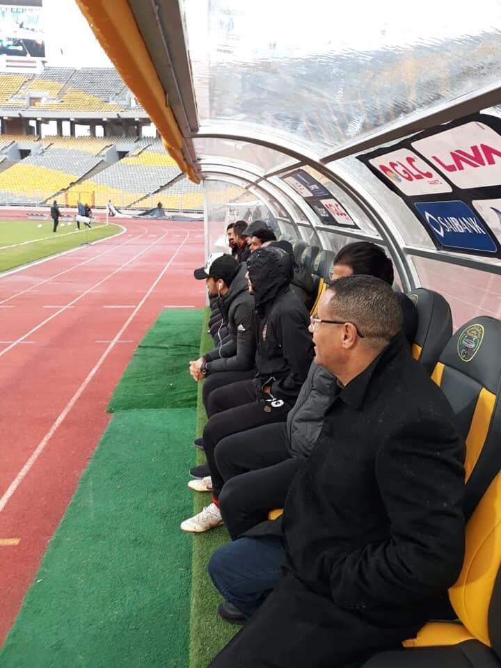مراقب المباراة يجلس على دكة الأهلي (2)