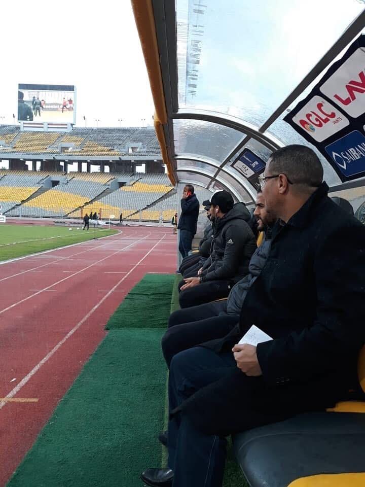 مراقب المباراة يجلس على دكة الأهلي (1)