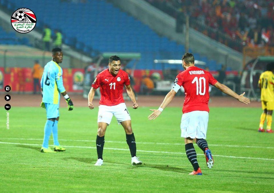 فرحة مصطفى محمد بالهدف الأول لمصر فى مرمى مالي (1)