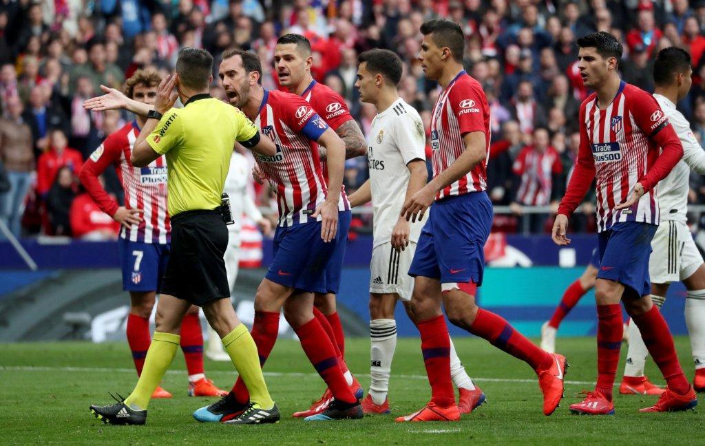 اعتراض لاعبي اتلتيكو مدريد على الحكم