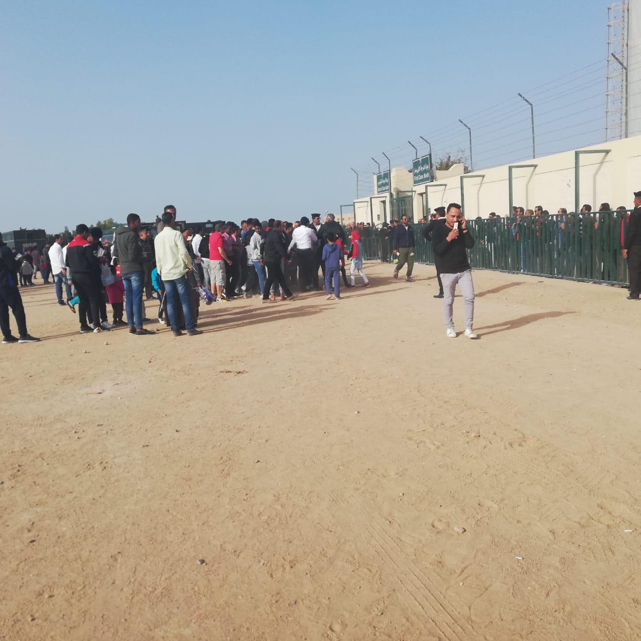 زحام شديد علي بوابات استاد الجونة قبل مباراة الأهلي (4)