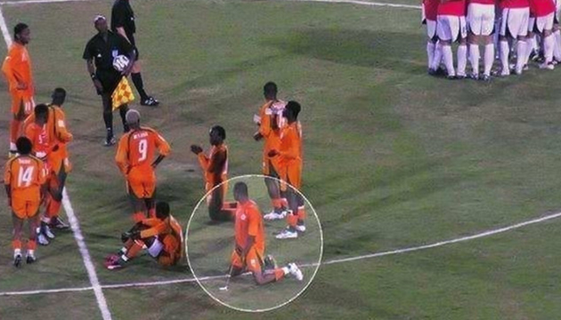 لاعب من كوت ديفوار يتبول في الملعب