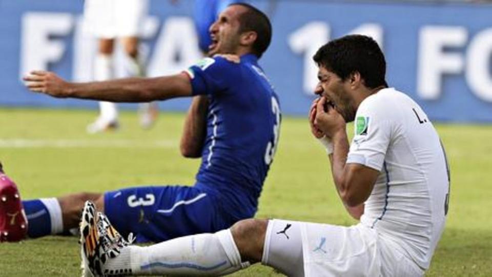 عضة سواريز الشهير لكيليني في كأس العالم