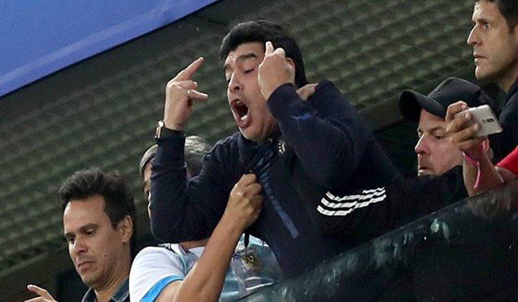 اشارات بذيئة من مارادونا تورطه مع الفيفا