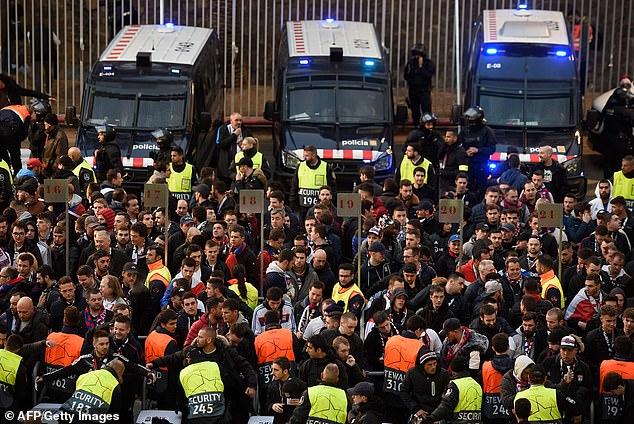 إصابة 5 مشجعي ليون قبل مباراة برشلونة (5)