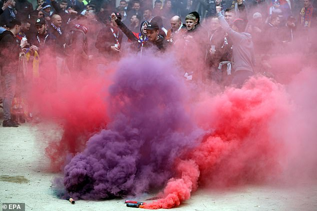 إصابة 5 مشجعي ليون قبل مباراة برشلونة (7)