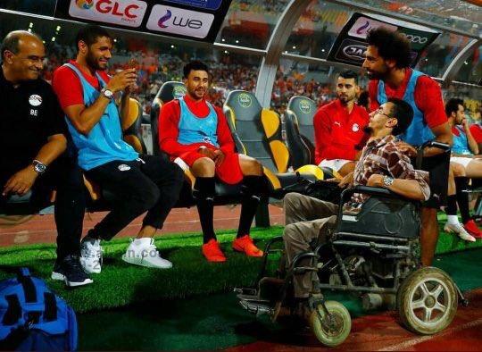 محمد صلاح وأحد المشجعين ذوى الاحتياجات الخاصة (2)
