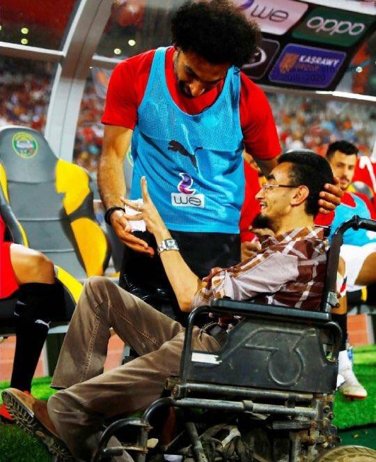 محمد صلاح وأحد المشجعين ذوى الاحتياجات الخاصة (1)