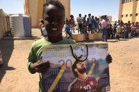 أحد اللأطفال يحمل الملصق