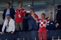 رئيسة كرواتيا تحتفل بتأهل بلادها إلى نصف نهائى المونديال