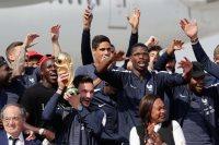 لوريس يحمل كأس العالم