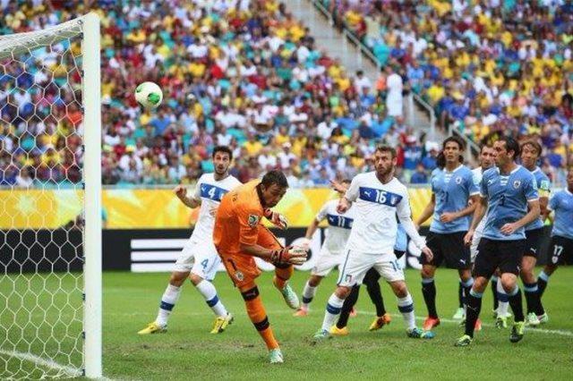 إيطاليا مع أوروجواى فى كأس العالم الماضية