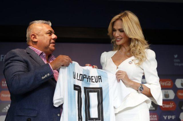 لوبريفا مع رئيس الإتحاد الأرجنتينى