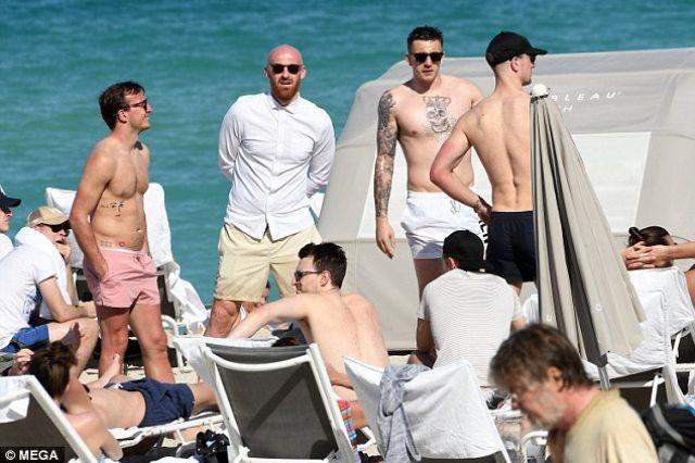 لاعبو وست هام على شواطئ ميامى