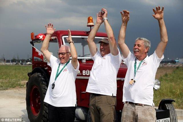 3 مشجعين سويسريين يسافرون الي روسيا بجرار